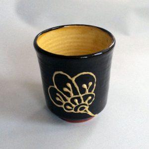 beker (yunomi), met bloem motief, donker