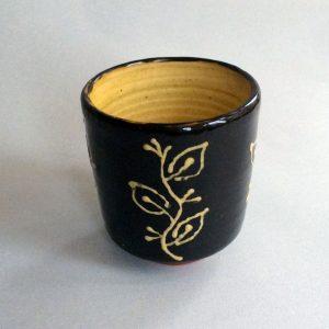 beker (yunomi), met blad motief, donker